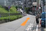 4、五反田方面の路線側の下り坂を直進します。